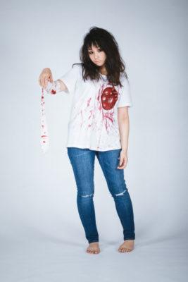 血のりをつけた女性