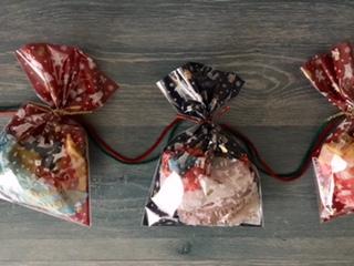 クリスマスガーランドの袋を毛糸でつなぐ