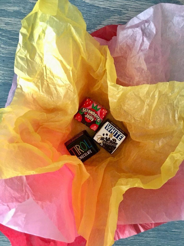 フラワーペーパーにお菓子を詰める