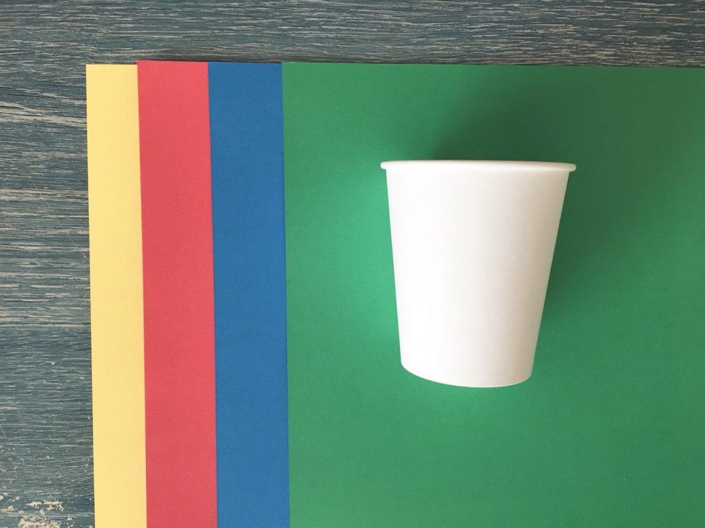 画用紙と紙コップ