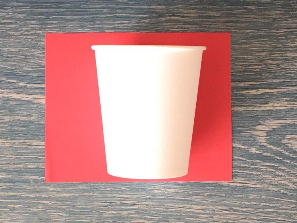 赤い画用紙と紙コップ