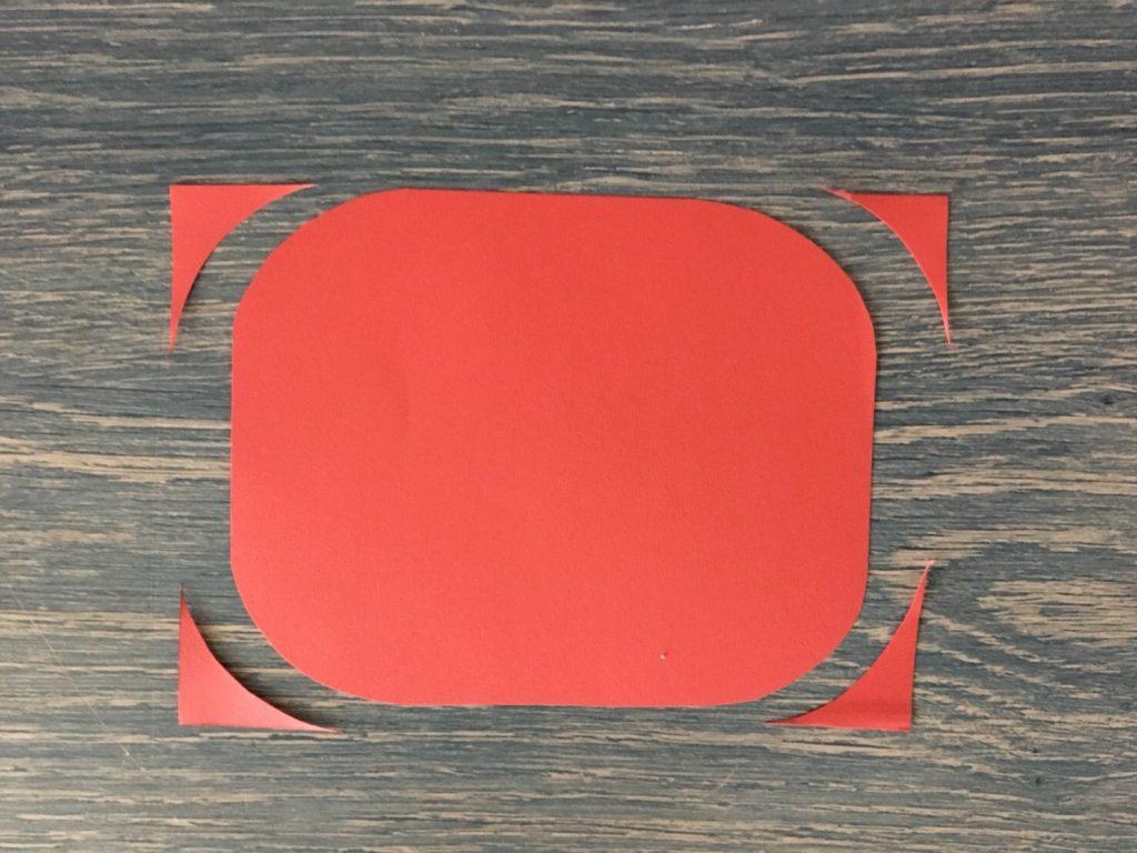 赤い画用紙を丸く切る