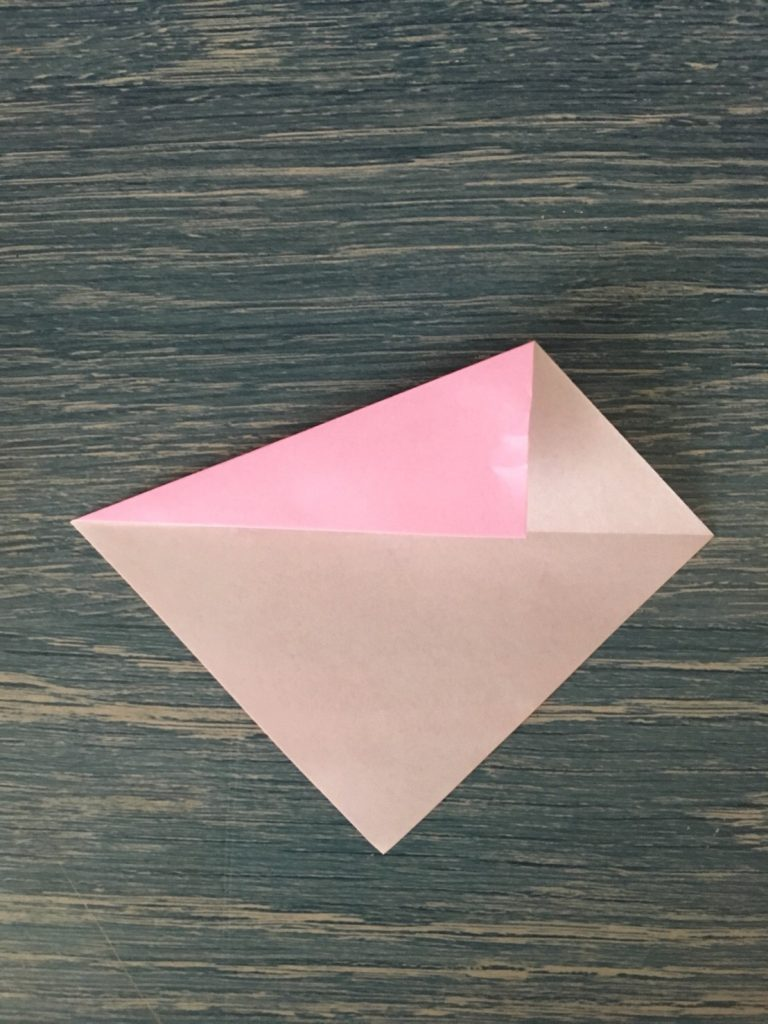 折り紙を対角線にそって1辺を折る