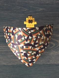 ブロックで作ったキリンに千代紙を巻く