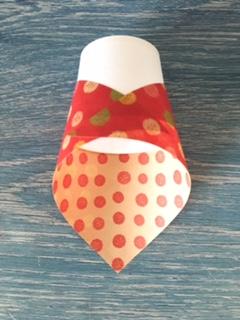 紙コップに折り紙をスカーフのように巻く