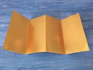 折り紙を谷折り、つなぎ目を山折り