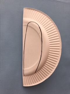 紙皿にうさぎの耳を書く
