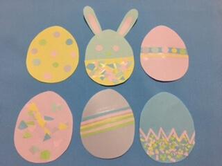 卵にイースター模様を貼っていく