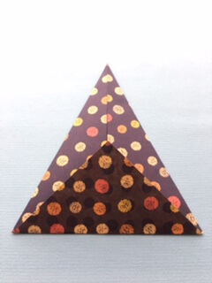 折り紙の下に余った三角の部分を折る