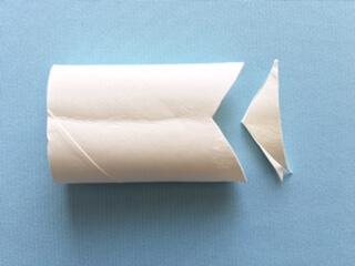 ペーパー芯の端を押さえてつぶし、三角に切り取り尾びれを作る