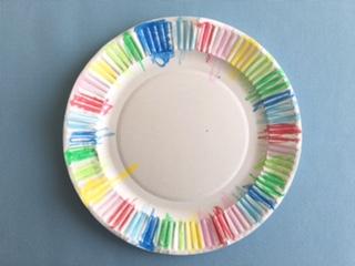 紙皿のふちの部分に、クレヨンやマジックで色をつける