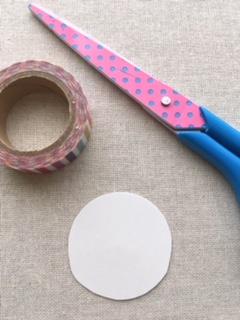 メダルの中心部分になる、丸い台紙を作ります。