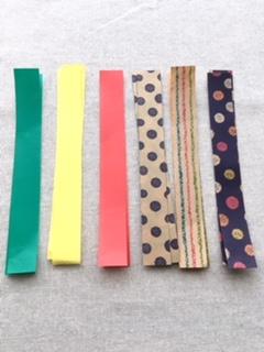 折り紙を細長く切ります。