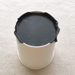 紙コップの底面をガムテープで黒くする