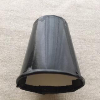 紙コップが黒いビニールテープで覆われて真っ黒になった
