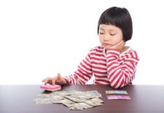 お金を計算する女の子