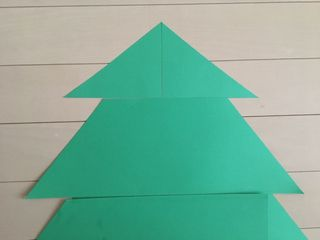 一番先は「つくり方①-2」で切り落とした画用紙(三角)を組み合わせました。